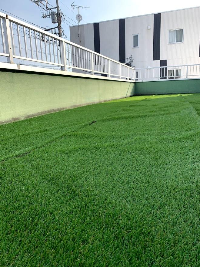 人工芝のベランダ